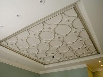 Потолок - лепнина из гипса.